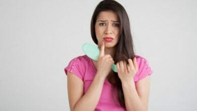 أسباب تساقط الشعر بكثرة عند النساء