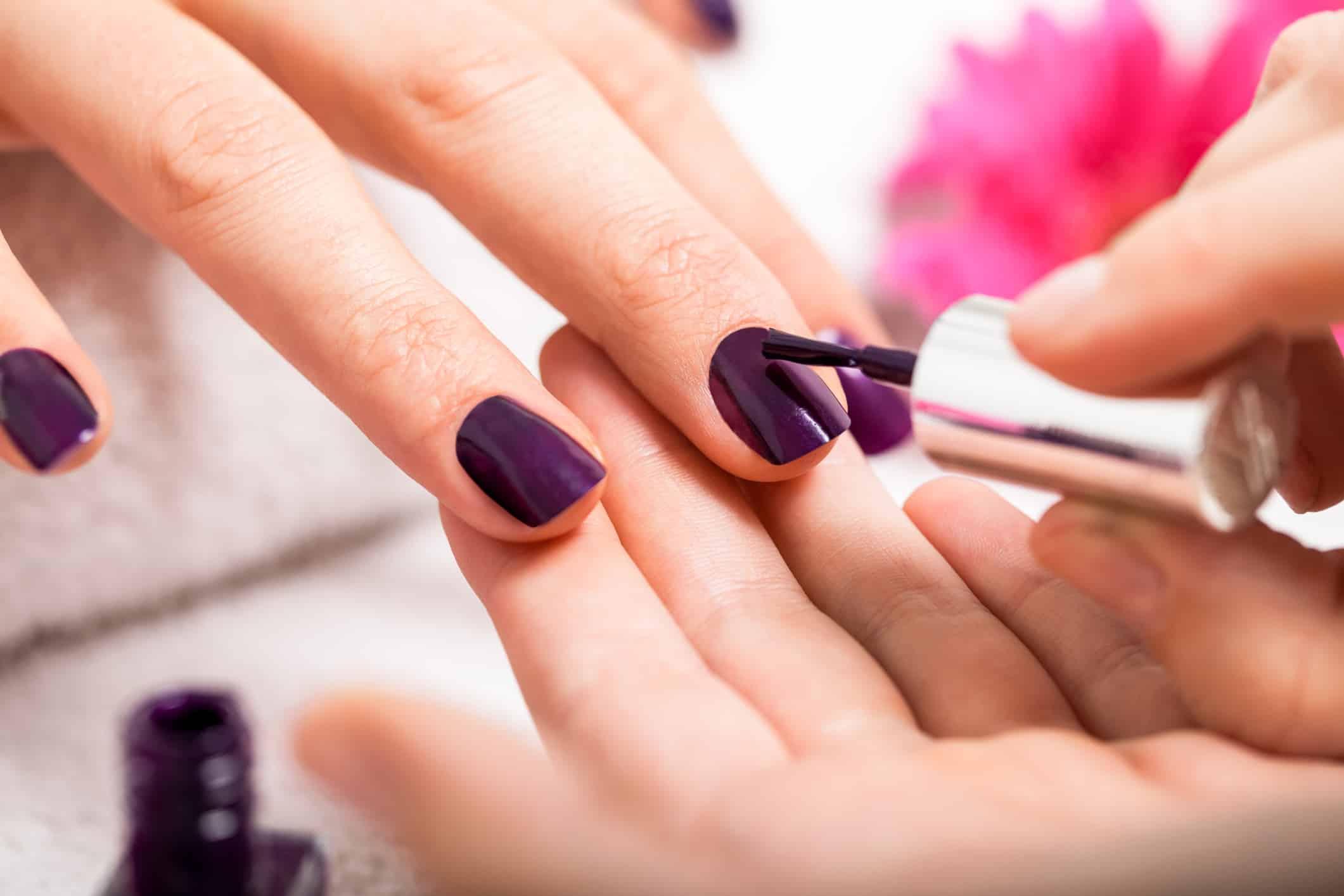 الطرق الصحيحة لطلاء الاظافر كصالونات التجميل جامدة