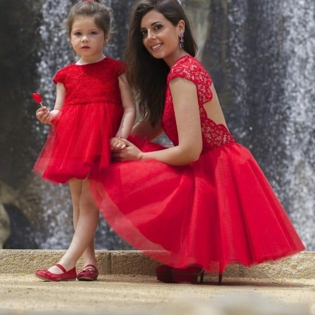 صور أحدث تصميمات لفساتين الطفله مع أمها حلوة