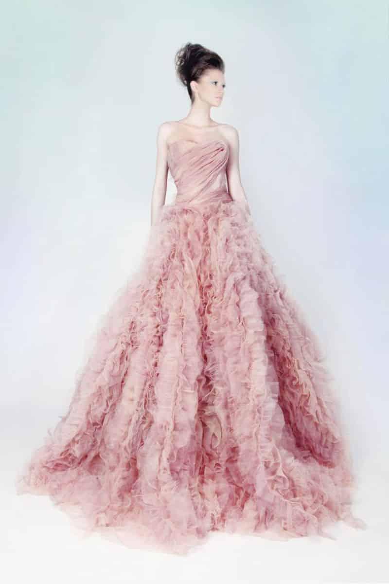 صور أجمل تصميمات لفساتين الخطوبة بألوان ربيعية حلوة