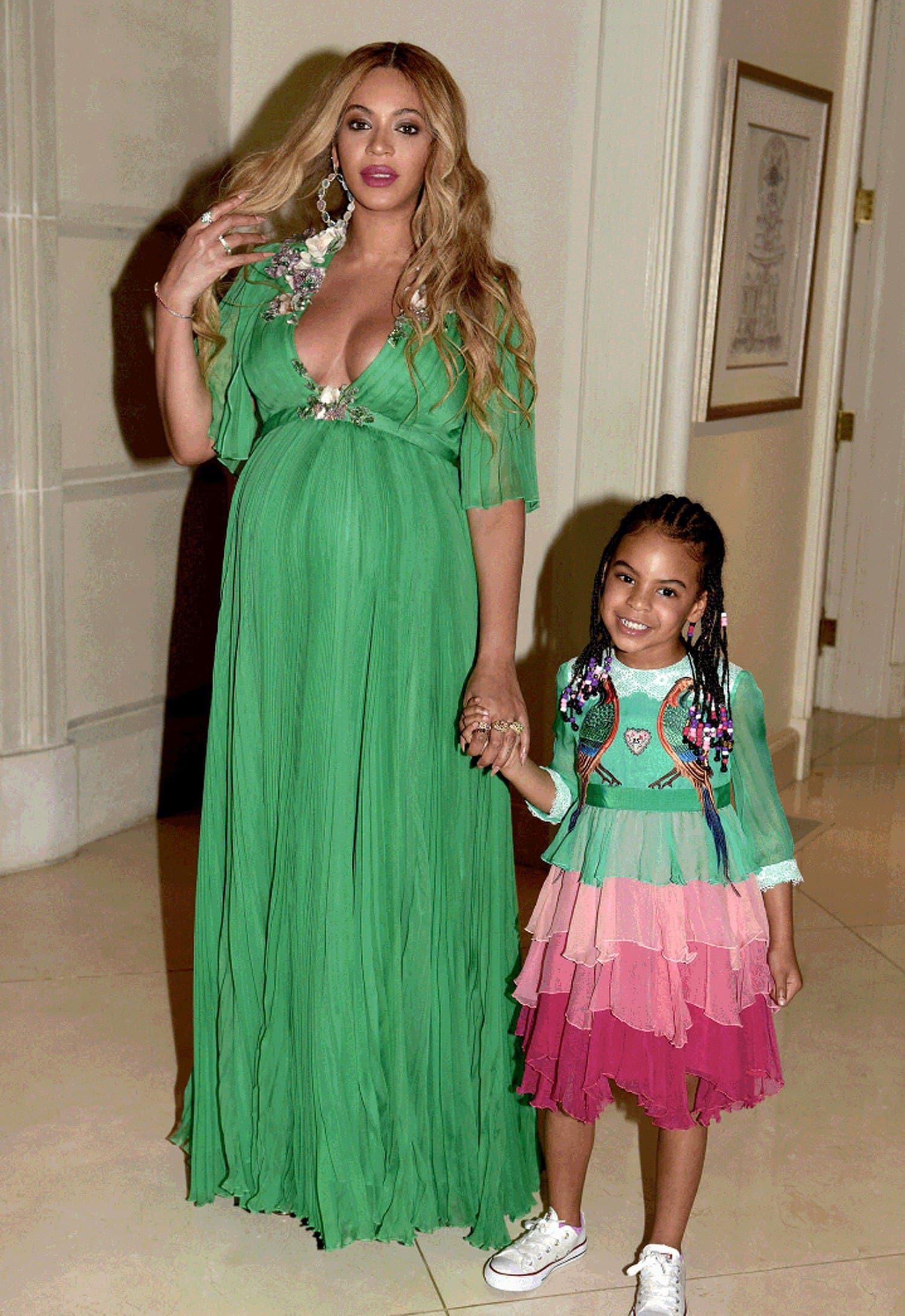 صور أحدث تصميمات لفساتين الطفله مع أمها جامدة