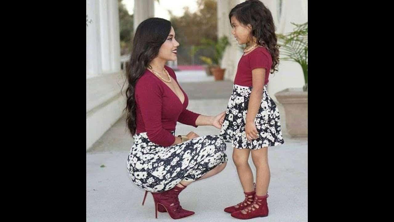 صور أحدث تصميمات لفساتين الطفله مع أمها جميلة