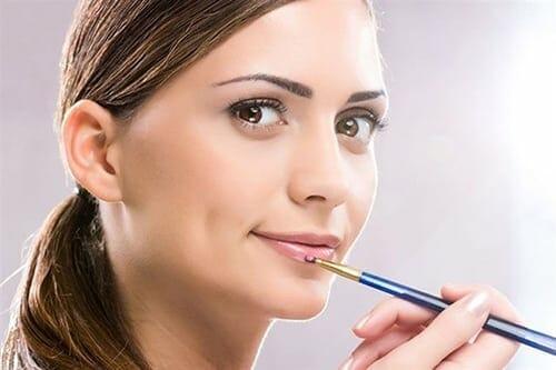 كيفية عمل غمازات في الوجه بإستخدام مستحضرات التجميل